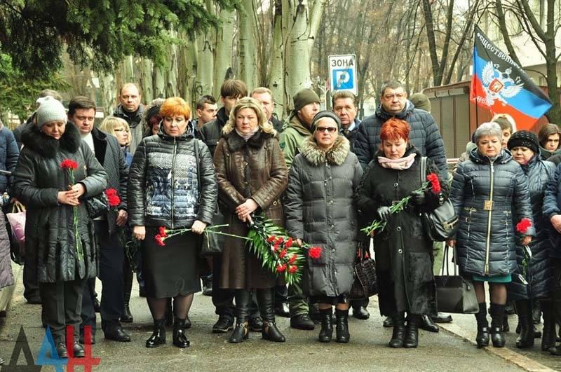 Возложение цветов к памятнику погибшим ЖКХ (1)