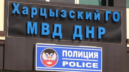 Житель Харцызска избил себя на глазах у полицейских в отделе МВД (видео)