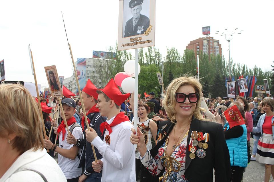 fa93936c5a38 Участники акции Бессмертный полк 2018 в Донецке начали шествие от здания  бывшего министерства угля без пятнадцати десять. В этом году желающих  пронести ...
