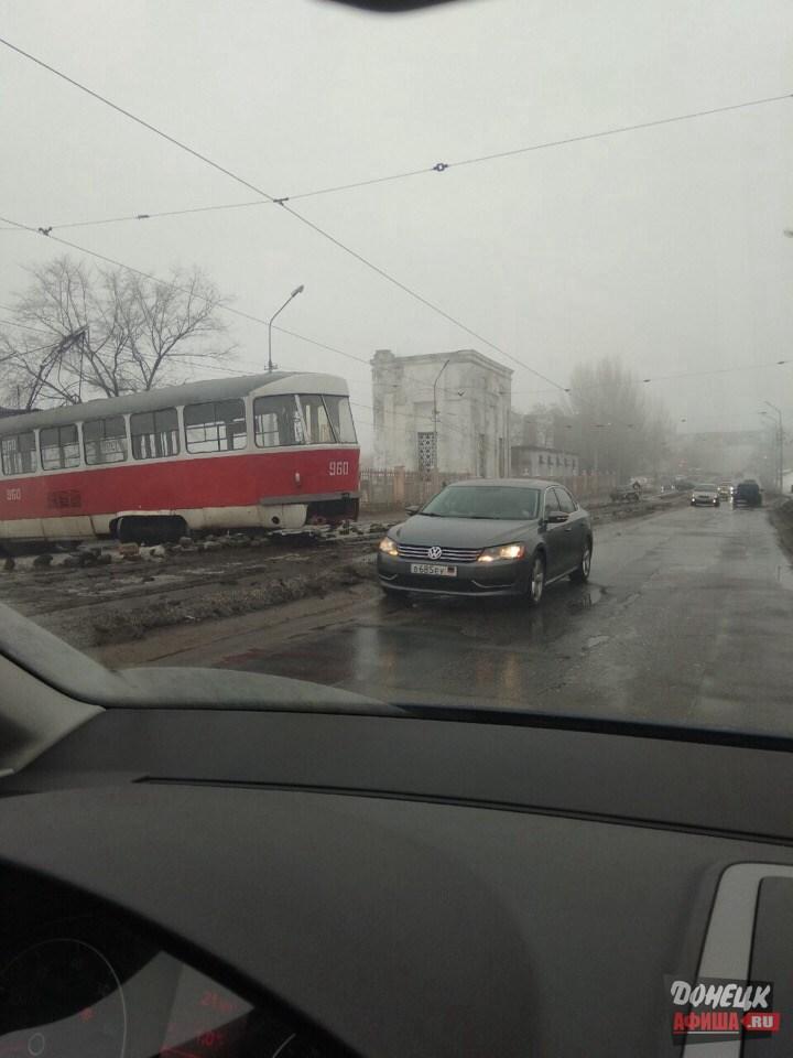 Трамвай сошел с рельс Донецк (8)